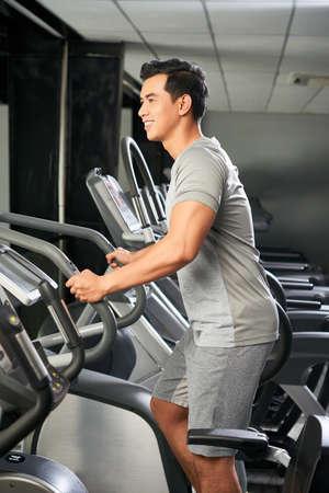 Przystojny Wietnamczyk w siłowni