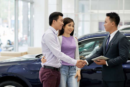 Husband and wife buying car Stockfoto