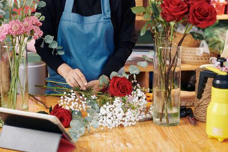 Hands of professional florist arranging bouquet at her studio Archivio Fotografico - 132668549