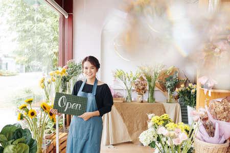 Retrato de joven bonita mujer vietnamita abriendo su primera florería