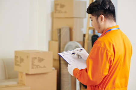 Mover filling delivery service document with details before starting work