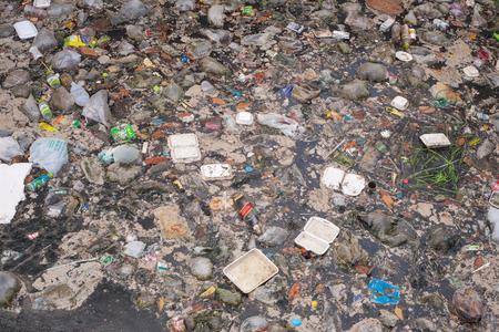 basurero: SEMPORNA, Malasia - el 24 de abril 2014: la contaminación de basura de plástico en el océano. Foto que muestra el problema de contaminación de la basura arrojada directamente al mar sin recolección de basura o reciclaje adecuado. Editorial
