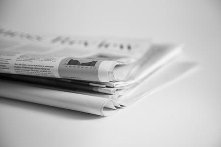 신문은 접어서 쌓아