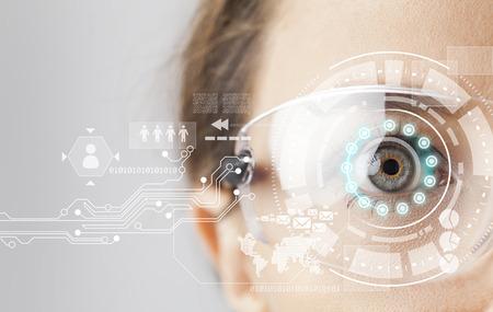 未来的なバック グラウンドで仮想グラフィックで若い女性 loking
