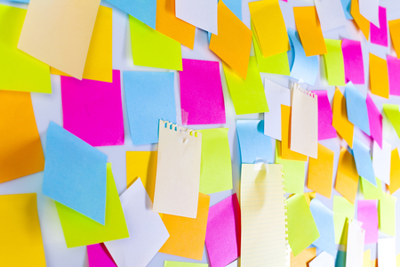 Whiteboard covered with adhesive notes Imagens - 124594508