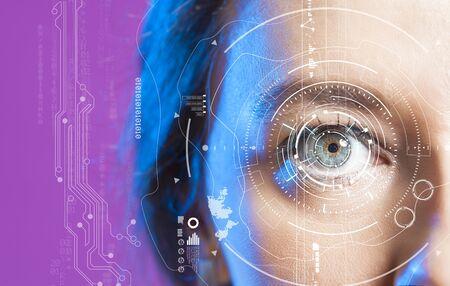 Ojo de mujer joven y concepto de alta tecnología, pantalla de realidad aumentada, verificación de iris, informática portátil