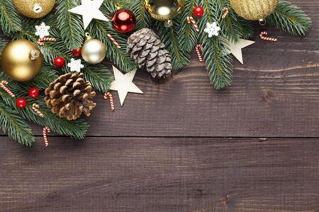 Świąteczna lub noworoczna dekoracja na drewnianym tle i miejsce na tekst