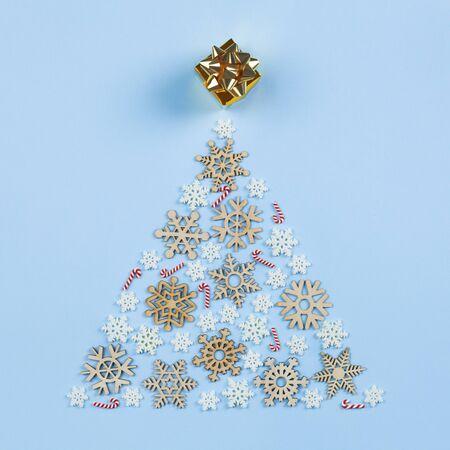 Christmas decoration on blue background, tree shape and gift box Standard-Bild - 135007854