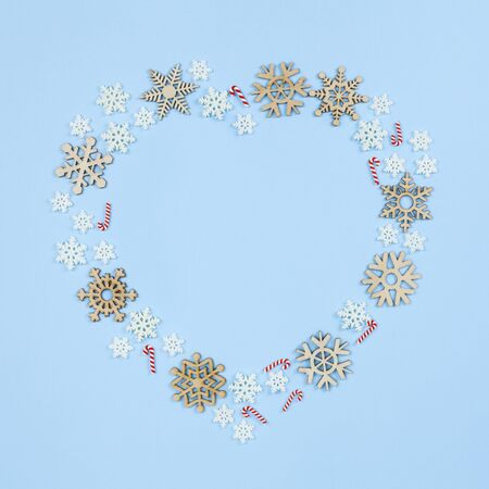 Christmas decoration on blue background, heart shape Standard-Bild - 135007923