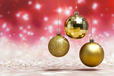 Christmas balls decoration against red colored shiny background Standard-Bild - 135007927