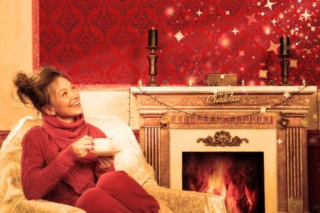 Vintage trouwen kerstkaart met een lachend meisje in een rode kamer met stralen en sterren