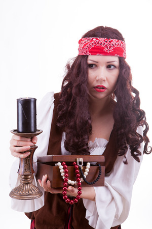 mujer pirata: Mujer pirata en blanco de tiro de estudio de fondo Foto de archivo
