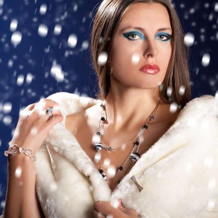 rijke vrouw: Schitterende sexy vrouw in de winter bont. Kerstthema en make-up. Luxe sieraden en professionele make-up. Glans, diamanten en rijke vrouw. Stockfoto