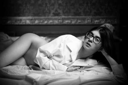 hot breast: Великолепная девушка с голой, но на фоне старинных. Чувственность и сексуальность. Будуар съемки. Будуар стиль фотографии. Чувства и секс Фото со стока
