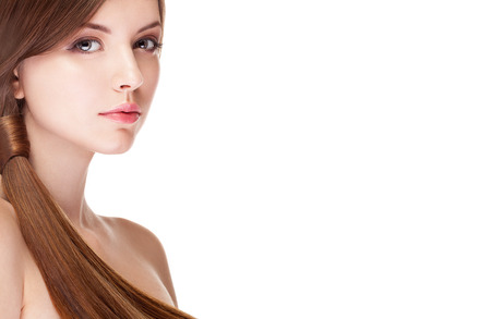 완벽 한 피부를 가진 소녀 흰색 배경 위에 절연입니다. 스튜디오 촬영. 메이크업과 아름다움. 패션과 매력. 헤어 스타일과 건강 완벽한 피부 스톡 콘텐츠