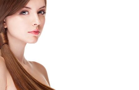 Meisje met perfecte huid geïsoleerd op een witte achtergrond. Studio schieten. Make-up en schoonheid. Mode en glamour. Kapsel en gezonde perfecte huid Stockfoto