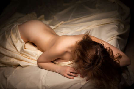 mujer desnuda: Mujer atractiva caliente con un cuerpo perfecto desnuda en la cama. Provocativa y sensualidad. Boudoir tiroteo tipo. Caliente chica desnuda