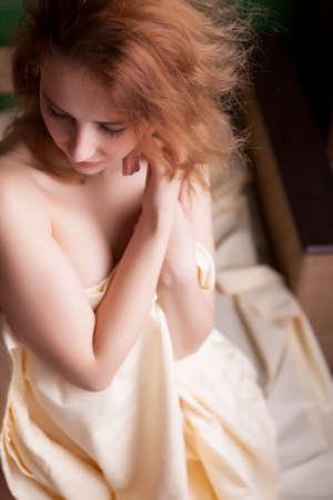 mujer sexi desnuda: Sexy mujer desnuda en la cama cubriendo a su auto con s�banas
