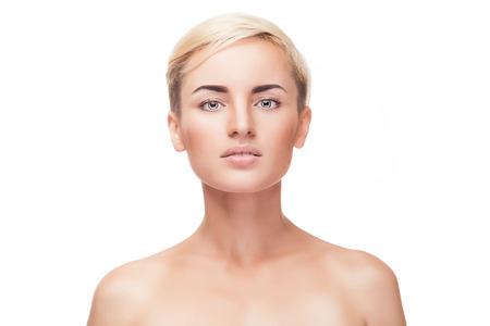 Jong meisje zonder make-up en een perfecte huid geïsoleerd op een witte achtergrond. Studio schieten. Schoonheid en make-up. Make-up reclame. Gezonde schone huid