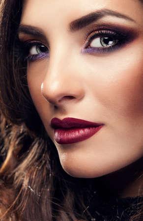 labios rojos: Retrato de mujer hermosa con maquillaje perfecto y los labios rojos. Shooting del estudio. Clásico maquillaje. Belleza y moda. Glamour. Perfección y profesional constituyen