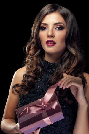 sensual: Mujer con el regalo Lookin sensual a la c�mara. Regalo sensual. Sexy