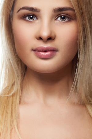 expresion corporal: Retrato de la chica con sobrepeso grasa. Foto del estudio. Buscando straith a la cámara. Hermosa sonrisa. adolescente gordita