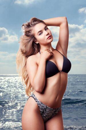 hot breast: Goregous девушка в купальнике позирует сексуальный на фоне океана. Студия фотографии. Тонкий чувственный модель с горячей совершенной мускулистым телом. Спортивное тело Фото со стока