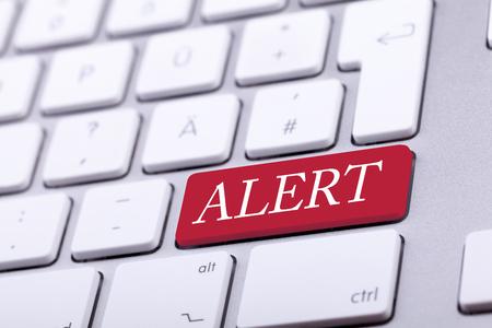 alerta: Teclado de aluminio con la palabra de alerta sobre el mismo el bot�n rojo. Peligro y alerta