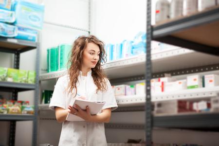 Docor opslag schrijftafeltje beneden het aantal van drugs en pillen. Business in gezondheidszorg