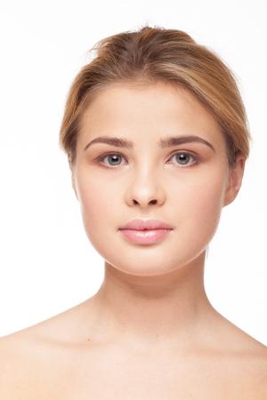 De natuurlijke schoonheid van vrouw zonder maakt omhoog op witte achtergrond in studiofoto. Frisse, schone uitstraling. Gezonde huid Stockfoto