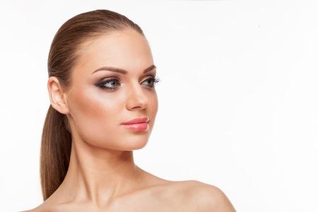 Blond model met professionele make-up op een witte achtergrond