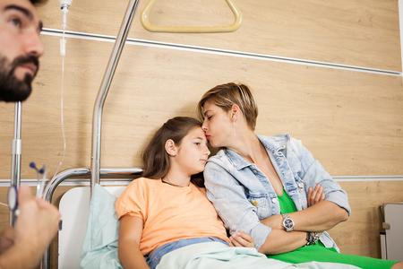 Doctor visitin her patient in hospital room Banque d'images