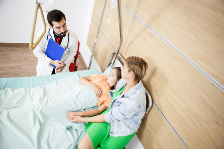 Doctor giving the news to patient girl  and mother in hospital Banque d'images