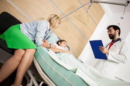 Médecin donnant la bonne nouvelle à sa patiente et à sa mère à l'hôpital