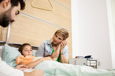 Médecin donnant la nouvelle à sa patiente et à sa mère à l'hôpital Banque d'images