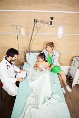 Docteur visitin son patient dans la chambre d'hôpital