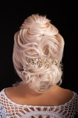 Vista posterior de peinado avanzado en hermosa mujer rubia.