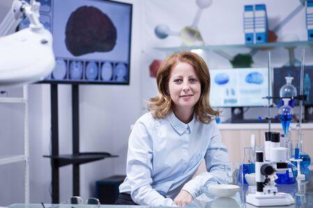 Retrato de mujer de mediana edad en un laboratorio científico. Técnico femenino.