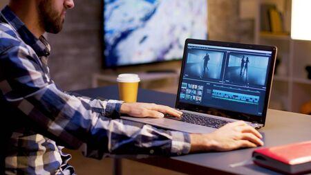 In serata giovane content creator al lavoro su progetto multimediale. Creatore di contenuti che lavora su video.