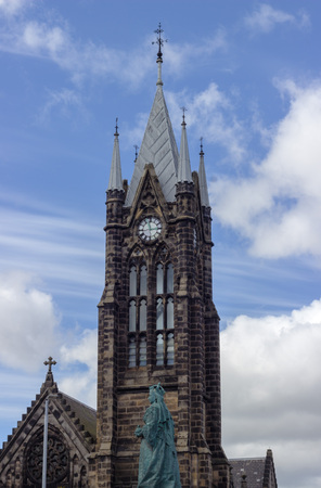 Statue of Queen Victoria in front on a Church tower Stockfoto