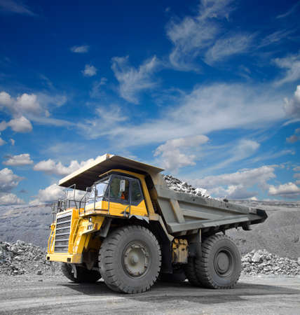 camion minero: Carro de mina pesado conducci�n a trav�s de la explotaci�n a cielo abierto de mineral de hierro Foto de archivo