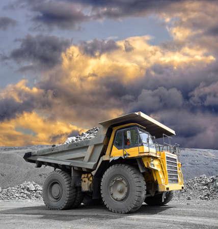 mineria: Carro de mina pesado conducci�n a trav�s de la explotaci�n a cielo abierto de mineral de hierro Foto de archivo