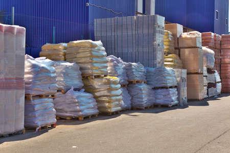 Los materiales de construcción apilados cerca de la bodega Foto de archivo - 34676124