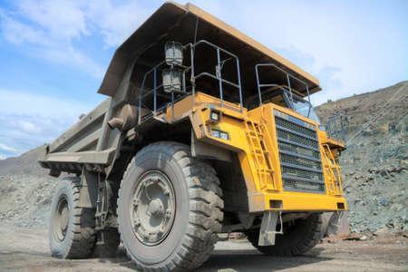 camion minero: Cami�n minero pesado sobre el mineral de hierro cantera miner�a a cielo abierto