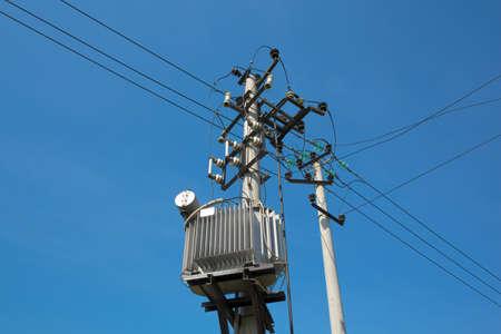 torres el�ctricas: Pilones con cables el�ctricos y transformadores de distribuci�n