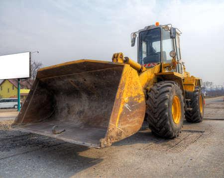 cargador frontal: Cargador frontal en las obras de reparaci�n de carreteras