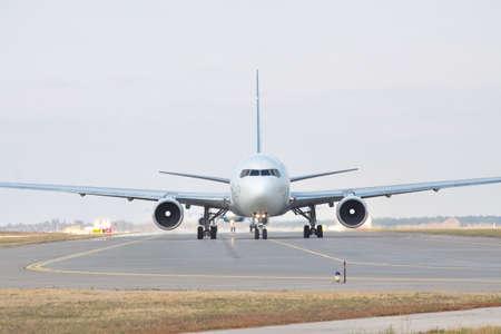 空港正面の滑走路にジェット旅客機 写真素材