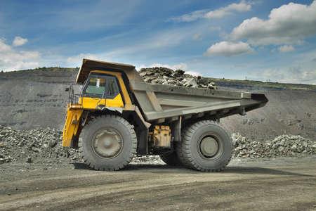 camion minero: Cami�n minero pesado cargado con mineral de hierro en el cielo abierto