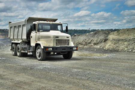 camion minero: Poltava, Ucrania - 26 de junio de 2010: carro de mina de la conducción en el mineral de hierro a cielo abierto