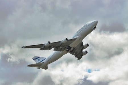 747 400: Borispol, Ucraina - 2 ottobre 2011: El Al Israeli Airlines B747 tenendo cielo nuvoloso Editoriali